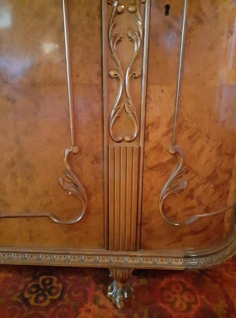 Matsals möbel med 4 stolar samt byrå