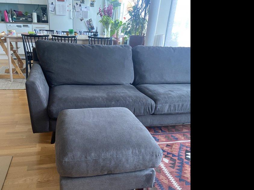 Lee 3-sits brungrå soffa + sittpuff