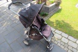 Graco ligg och sitt barnvagn.